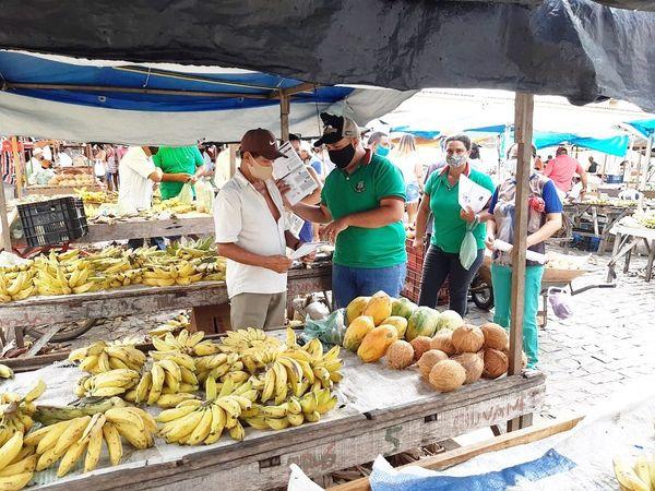 Secretaria de Agricultura realiza orientação sobre boas práticas de venda de hortifruti e carnes na feira livre