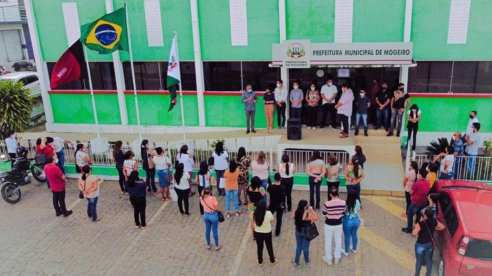 Semana da pátria inicia com hasteamento das bandeiras na sede da prefeitura municipal